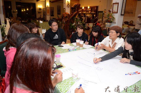 大埔里觀光業者以「世界咖啡館」形式座談,為觀光願景找出路。(柏原祥攝)