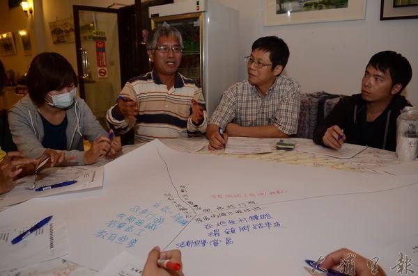 埔里觀光業者以「世界咖啡館」座談模式,將問題、意見寫在大張白紙上,再換桌彼此交流。(廖肇祥攝)
