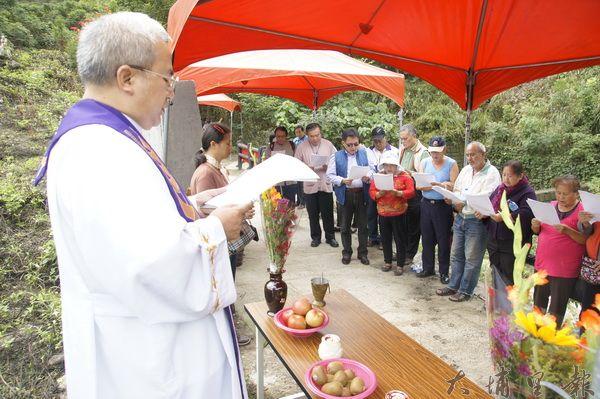 仁愛鄉無主墓起掘儀式融合多樣宗教。