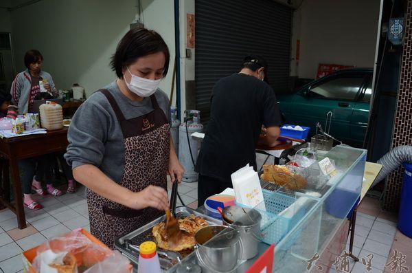 炸蛋蔥油餅的攤位,平常由廖宏明的妻子黃曉薇看顧。(柏原祥攝)