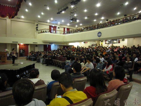 王丹演講會場座無虛席,學生紛紛拿出紙筆,面容莊重嚴肅、擬神屏息等待王丹的講演。(林子婷攝)