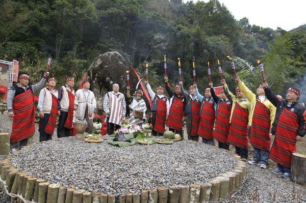泰雅族人們至發園地瑞岩部落舉辦泰雅運動會開幕儀式,各區區長及耆老們高舉聖火。(柏原祥攝)