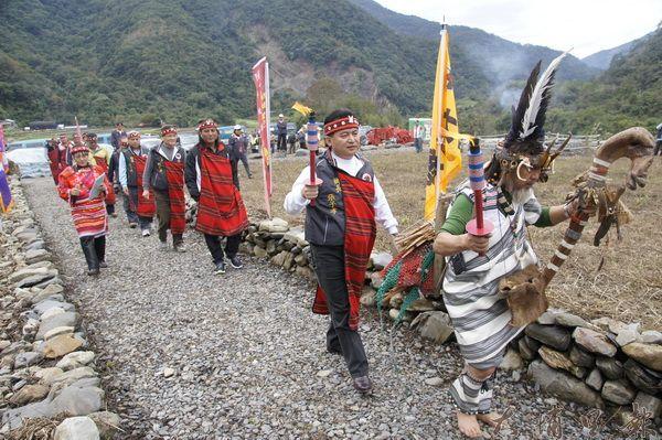 泰雅運動會點燃聖火儀式在仁愛鄉瑞岩部落展開,鄉長張子孝帶領全國泰雅領袖至聖石發源地。(柏原祥攝)
