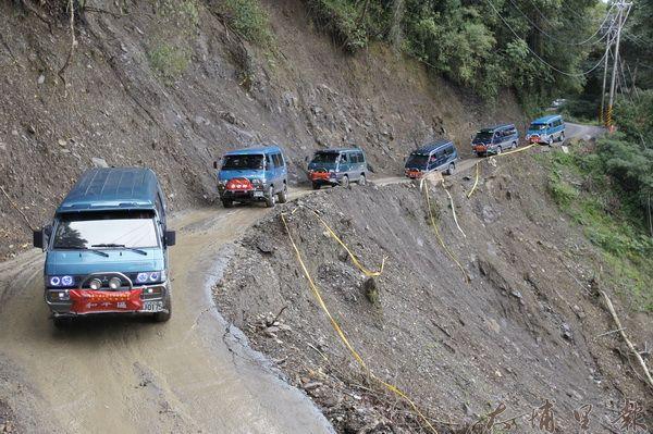 泰雅運動會在瑞岩部落舉辦開幕,各區鄉領袖開著四輪傳動車,行經顛簸的慈峰產業道路。(柏原祥攝)