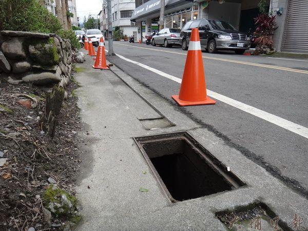 民有三街水溝蓋成了竊賊下手的目標。(柏原祥攝)