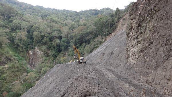 力行產業道路落石崩塌、地滑狀況不斷,道路壞了再修,修了再壞。(諾爾攝)