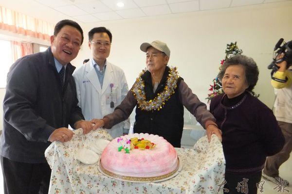埔基邀請周義雄鎮長一起為開心成功的梁坤玉老先生慶祝。(唐茹蘋攝)