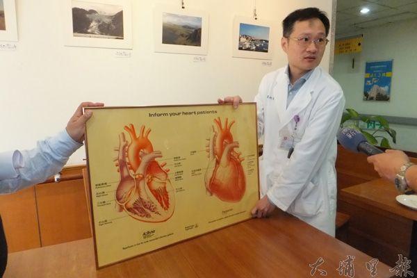 負責操刀的心臟外科柯玉誠醫師講解梁老先生的手術情況。(唐茹蘋攝)