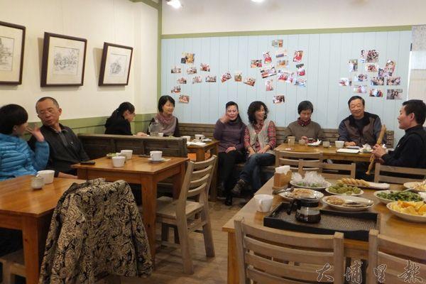 幾個喜歡音樂藝術的好朋友齊聚小川食堂一起同樂。(唐茹蘋攝)