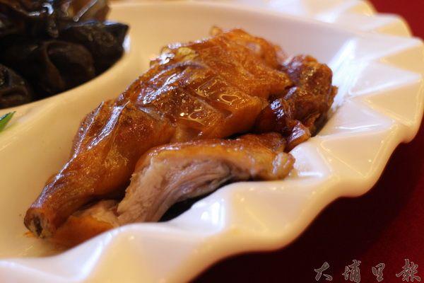 蔡記食府不計成本採用宜蘭櫻桃鴨,肉質鮮嫩、讓人一口接一口。(林子婷攝)