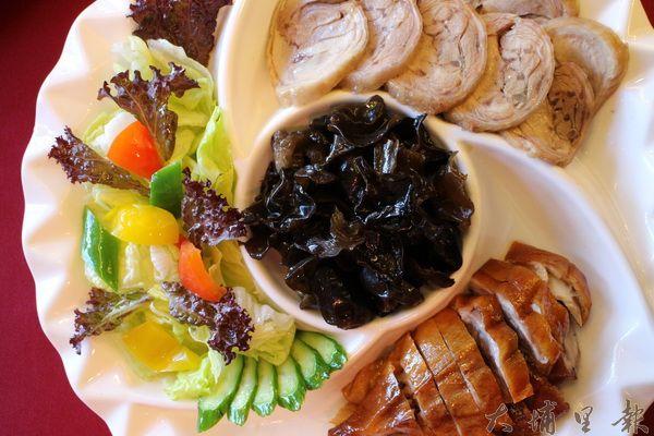 四喜福拼盤,福氣滾滾來,內含珍貴食材雲耳、櫻桃鴨等。(林子婷攝)
