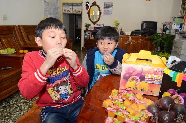 大坪頂生產百香果原汁果凍,風味天然,小朋友吃得相當開心。(柏原祥攝)