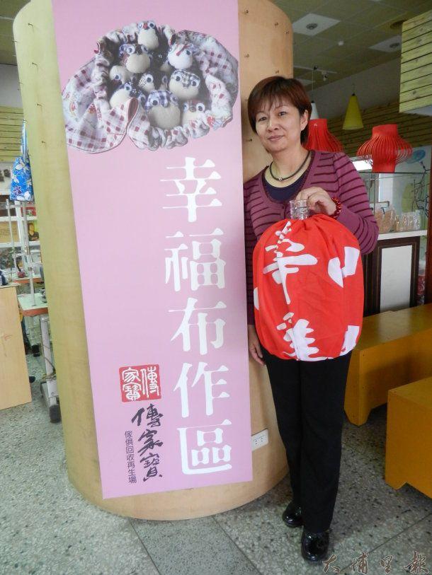 埔里鎮清潔隊員康小姐與「傳家寶」回收再生場製作的紅色燈籠。 (廖堉汝攝)