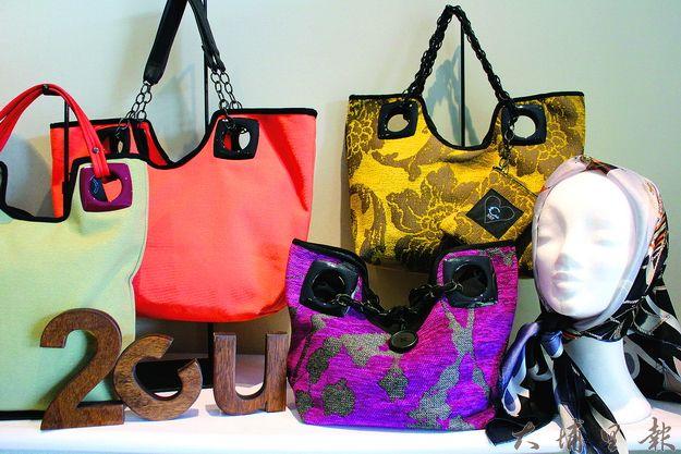 2.C.U的包款色彩絢麗,大量使用塑料扣,呈現浪漫、搖滾的風格。(林子婷攝)