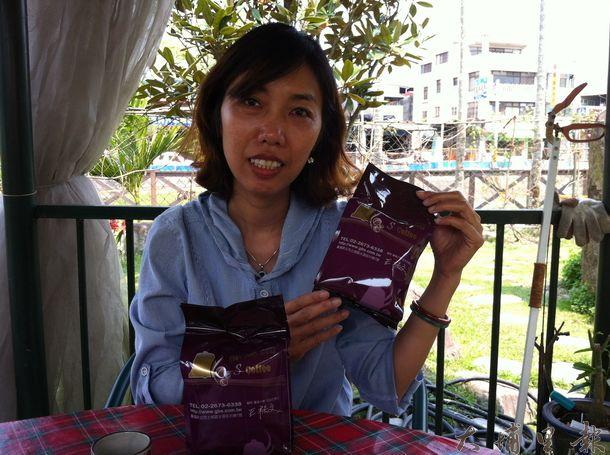 暨大碩生李平絨樂於 分享獲得GolDen Bell S Coffee肯定的越南咖啡故 事。(何其慧攝)