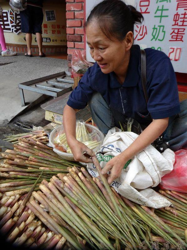 箭竹筍是季節限定的野味,每一根都是農友跪趴在地上採收而來。(吳宗澤攝)