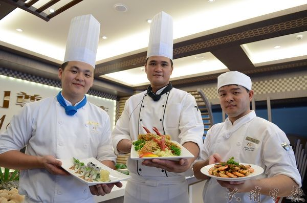 友山尊爵酒店推出藍蝦、黃金蝦料理,主廚陳智華(中)等廚師誠摯推薦。(柏原祥攝)