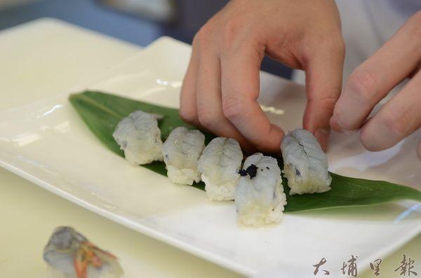 友山尊爵酒店將藍蝦用做握壽司,凸顯藍蝦Q彈的口感。(柏原祥攝)