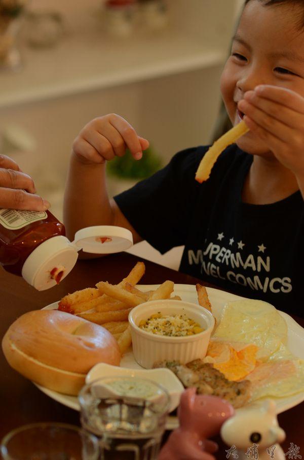 美式薯條就連小朋友吃了都是一口接一口。(柏原祥攝)