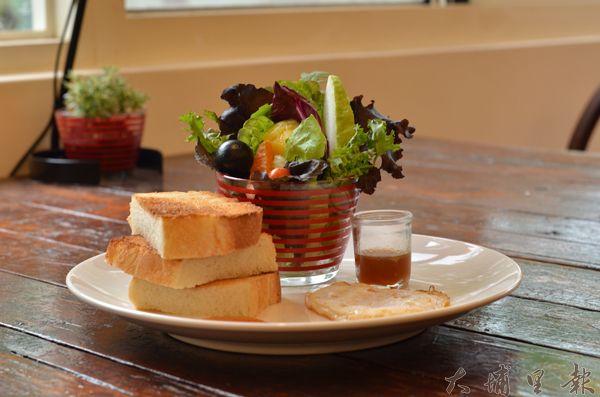 多種生菜與自調醬料,以及老麵麵包,清爽健康。(柏原祥攝)
