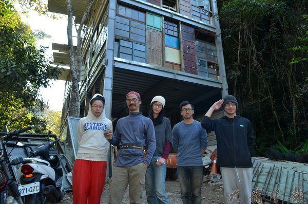 紙寮坑工作隊蒐集二手建材,要在桃米社區以雙手打造藝術生活公共空間。(柏原祥攝)