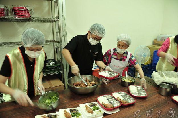十八度C文化基金會董事長茆晉詳(左二)端午節為老人親手製作便當。(柏原祥攝)