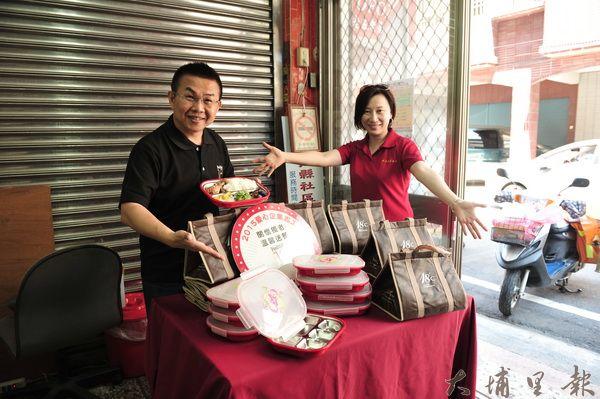 十八度C文化基金會董事長茆晉詳(左)端午節為老人送便當,並致贈了保溫袋。(柏原祥攝)