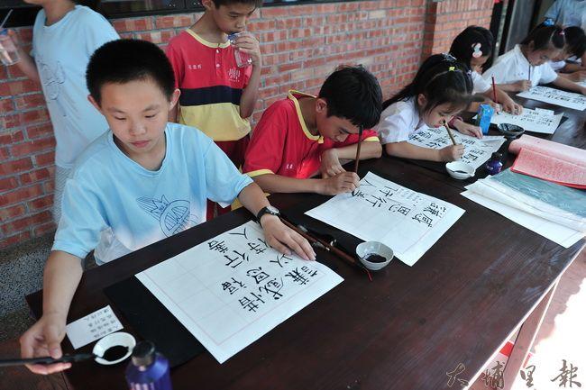 廣興紙寮設立獎助學金,鼓勵愛蘭國小學童學習書法。(柏原祥攝)