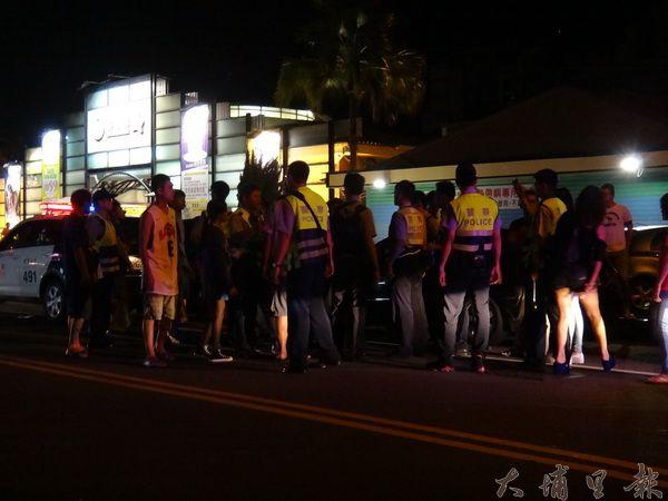 埔里熱帶嶼KTV發生青少年械鬥事件,埔里警分局派出警力將雙方人馬隔開。