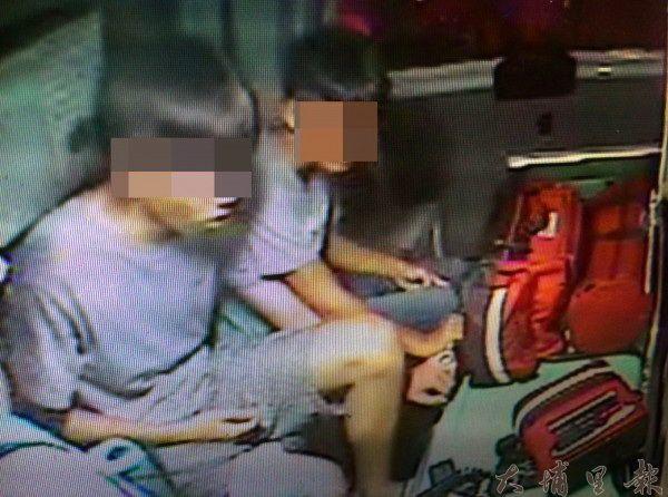 埔里熱帶嶼KTV發生械鬥事件,兩名青少年受傷送醫包紮傷口。(翻攝自救護車畫面)