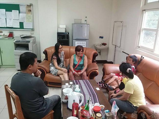 法治國小教師及社工向燒傷小姊弟的母親馬美倫(中)說明捐款專戶開立狀況,下肢也嚴重燒傷的馬媽媽露出感恩的笑容。(圖/謝宗原提供)