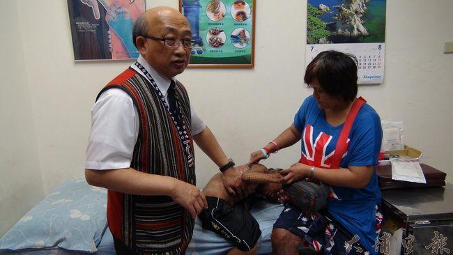 埔基醫院院長陳恒常(左)是燒燙傷專家,他很關心馬家燒傷姊弟的傷勢。(諾爾攝)