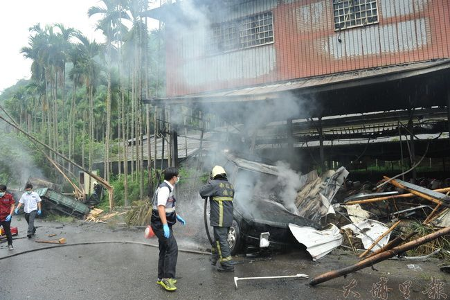 2015年7月15日,埔里鎮武界路一輛貨車追撞吉普車起火燃燒,造成3死1傷。(柏原祥攝)