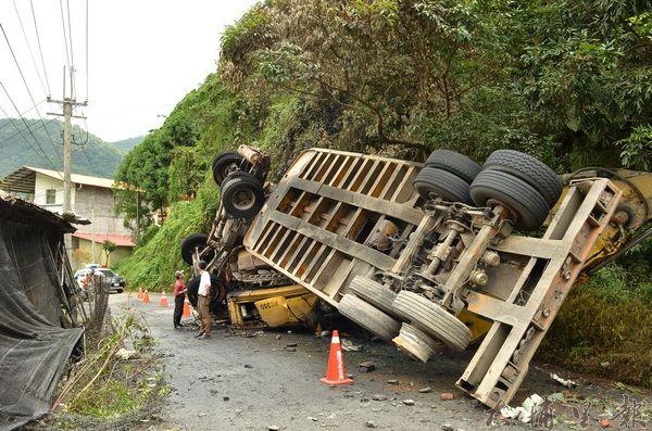 2014年6月,一輛砂石車在埔里鎮武界路翻車,車頭起火,駕駛死亡。(柏原祥攝)