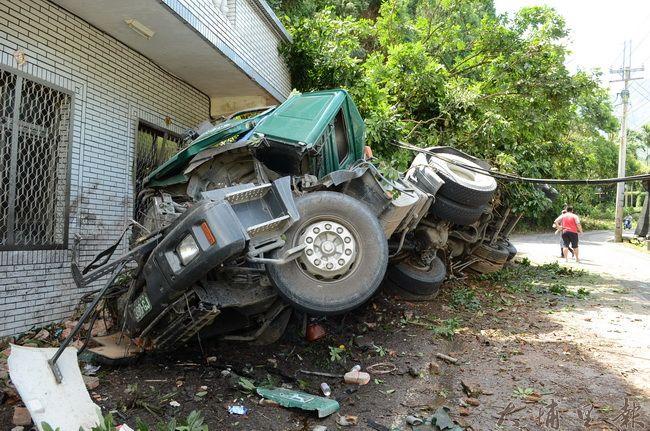 2013年7月,一輛砂石車在埔里鎮武界路衝進民宅,屋內陳設幾乎全毀。(柏原祥攝)