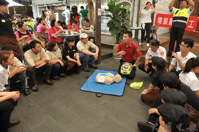 Feeling18埔里在地企業十八度C巧克力工房在公益日舉辦急救訓練。(柏原祥攝)