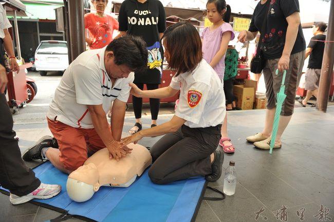 Feeling18埔里在地企業十八度C巧克力工房邀請埔里消防分隊前來講解CPR,並開放遊客研習。(柏原祥攝)
