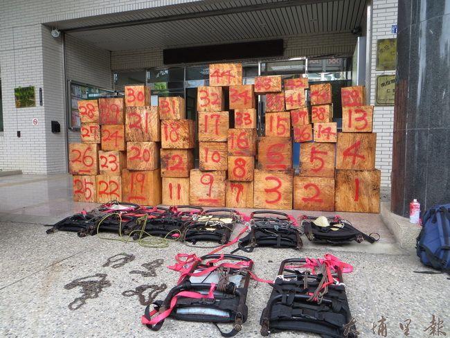 南投林管處與仁愛警分局聯手,破獲山老鼠集團,起出44塊紅檜,市價達一百萬元。(圖/南投林管處提供)