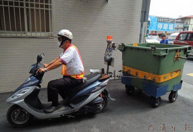 埔里鎮公所停辦機車托運垃圾子車的措施,窄巷民眾倒垃圾,必須走到巷口。(圖/埔里清潔隊提供)