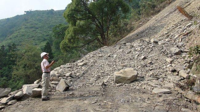 通往仁愛鄉合作村的投85線道路大規模坍方,道路中斷,不時有落石滾落。(諾爾攝)