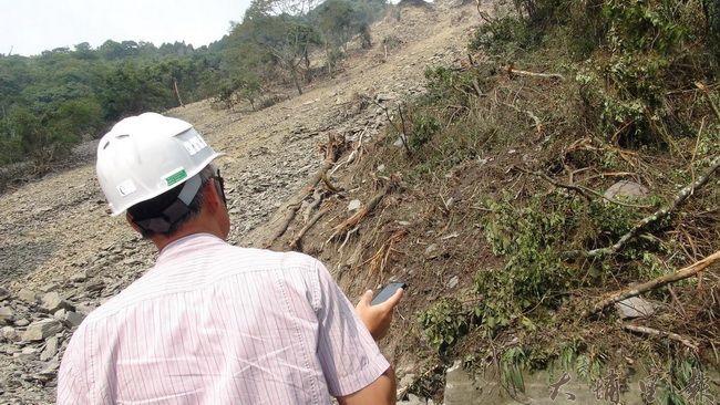 通往仁愛鄉合作村的投85線道路大規模坍方,道路中斷,工程人員自身也暴露在危險中。(諾爾攝)