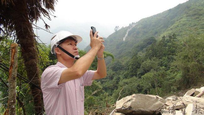 通往仁愛鄉合作村的投85線道路大規模坍方,道路中斷,工程人員攝影存證,規劃施工方法。(諾爾攝)