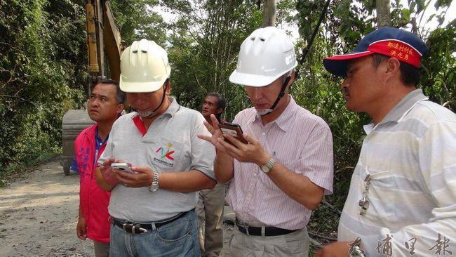 通往仁愛鄉合作村的投85線道路大規模坍方,道路中斷,工程人員研議施工方法。(諾爾攝)