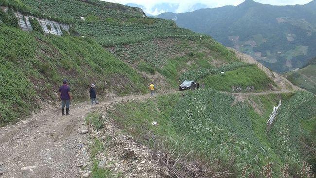 投85縣道大規模坍方,造成道路中斷,仁愛鄉都達、合作兩村改從靜翠或屯原產業道路進出。(諾爾攝)