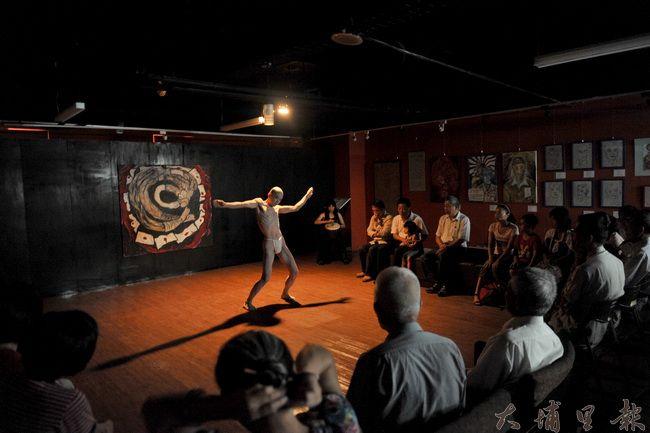 來自日本的舞蹈家,在「我的多桑日本兵」中以舞姿,表現台籍日本兵被大時代掩沒、國族認同糾結的一面。(柏原祥攝)