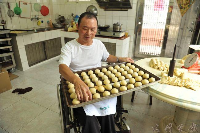 脊髓損傷者賴衍通殘而不廢,發揮技藝做月餅,為病友們募集脊傷會館基金。(柏原祥攝)