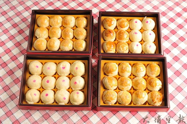 賴衍通在今年中秋節前夕,做了蛋黃酥、綠豆椪、紅豆麻糬月餅,為脊傷會館募集基金。(柏原祥攝)