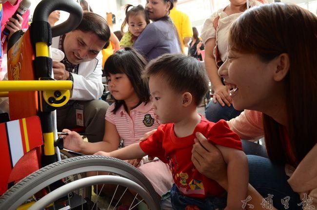 殘福大樓舉辦輔具嘉年華活動,身障人士可前往收集資訊,圖為日前埔基醫院彩繪輪椅活動。(柏原祥攝)