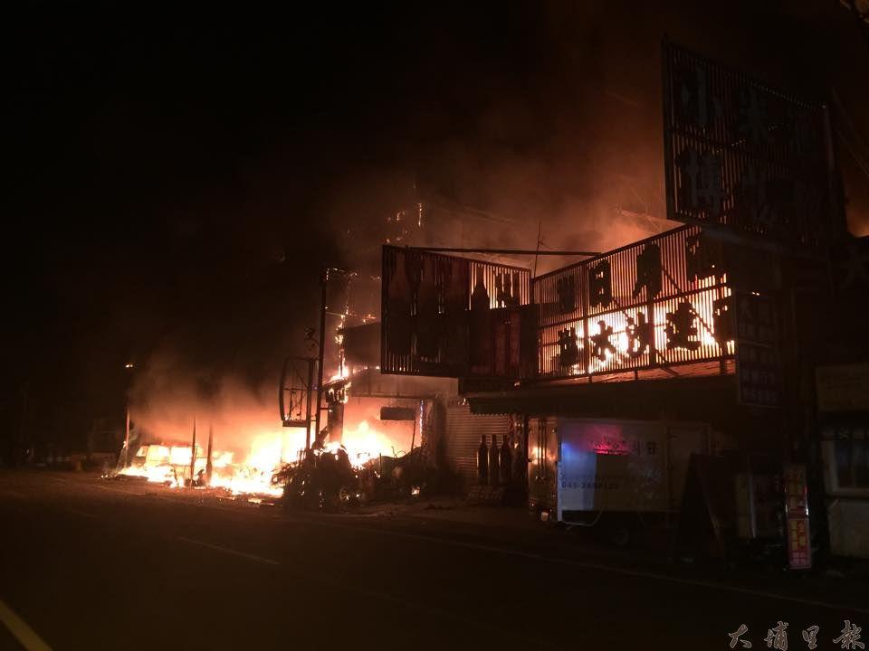 日月潭伊達邵商圈23日凌晨發生大火,6棟民宅店面陷入火海。(林育正攝)
