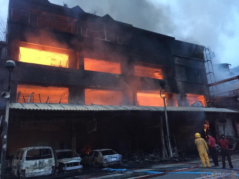 日月潭伊達邵商圈23日凌晨發生大火,6棟民宅店面陷入火海,警義消出動數十人搶救。(林育正攝)